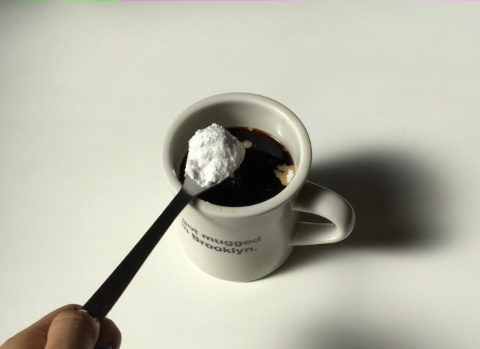 コーヒーにMCTオイルパウダーを入れる