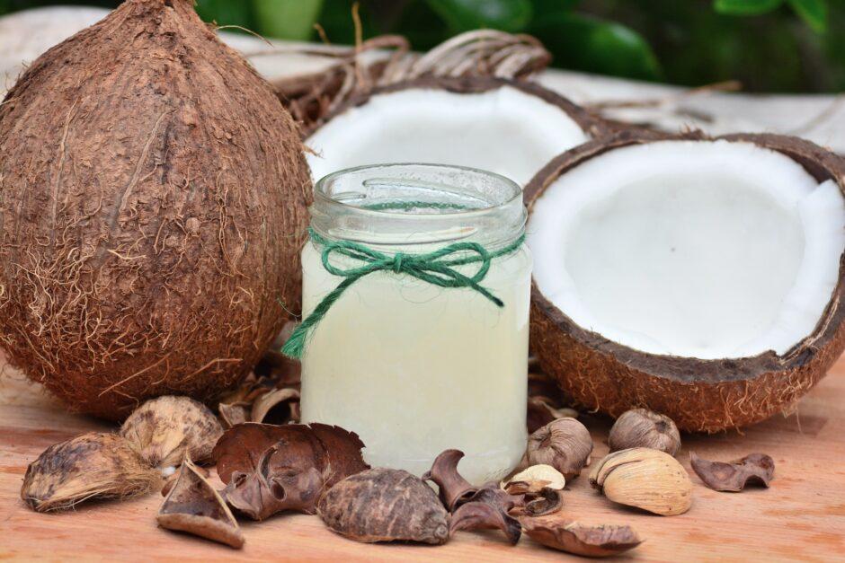 ココナッツの実と瓶に入ったココナッツオイル