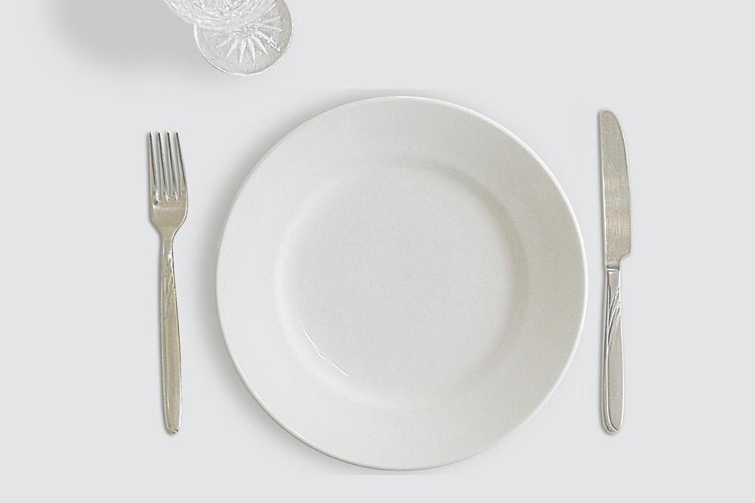 銀のカトラリーと白い皿