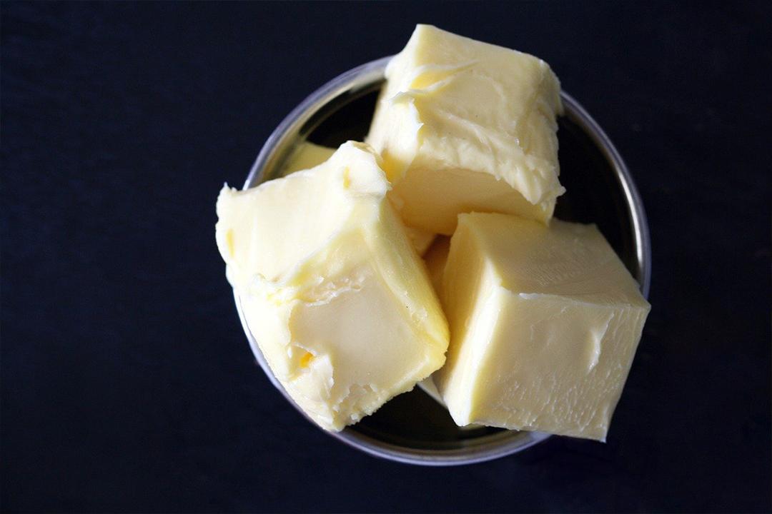器に入った角切りバター