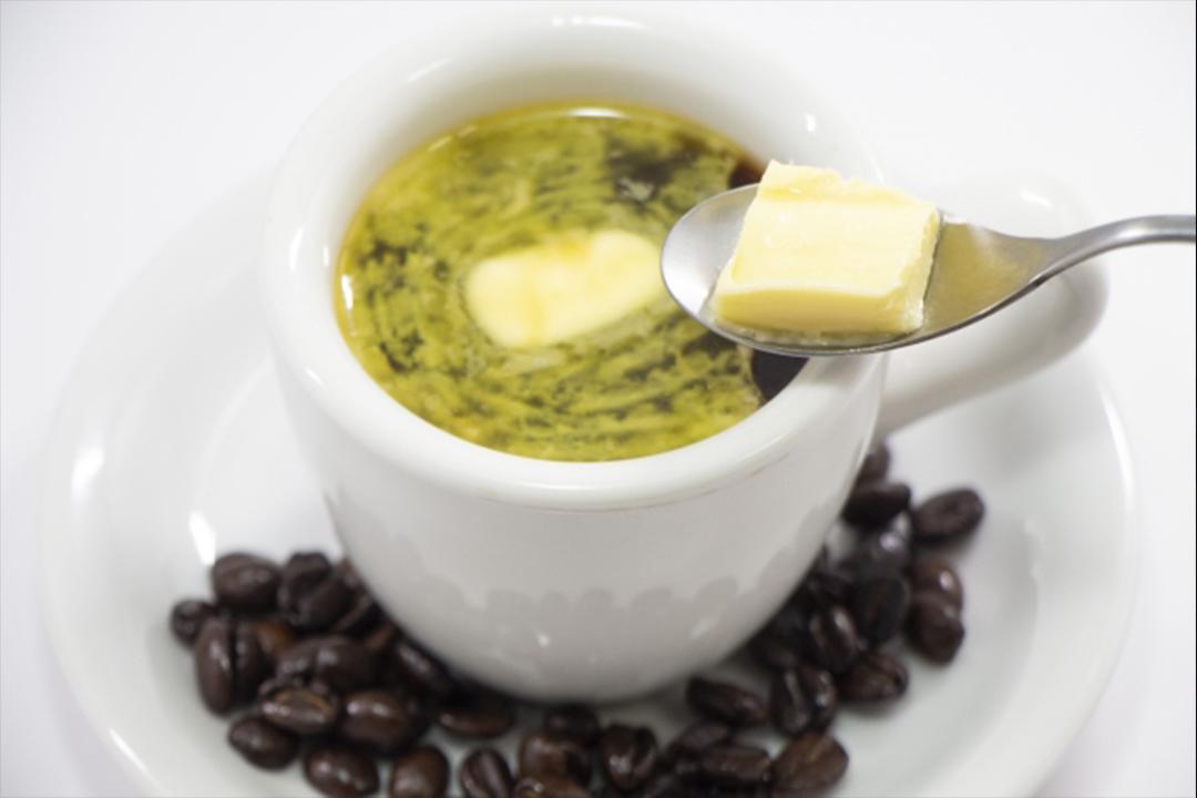 バターが溶けたコーヒーとコーヒー豆が乗ったコーヒー皿
