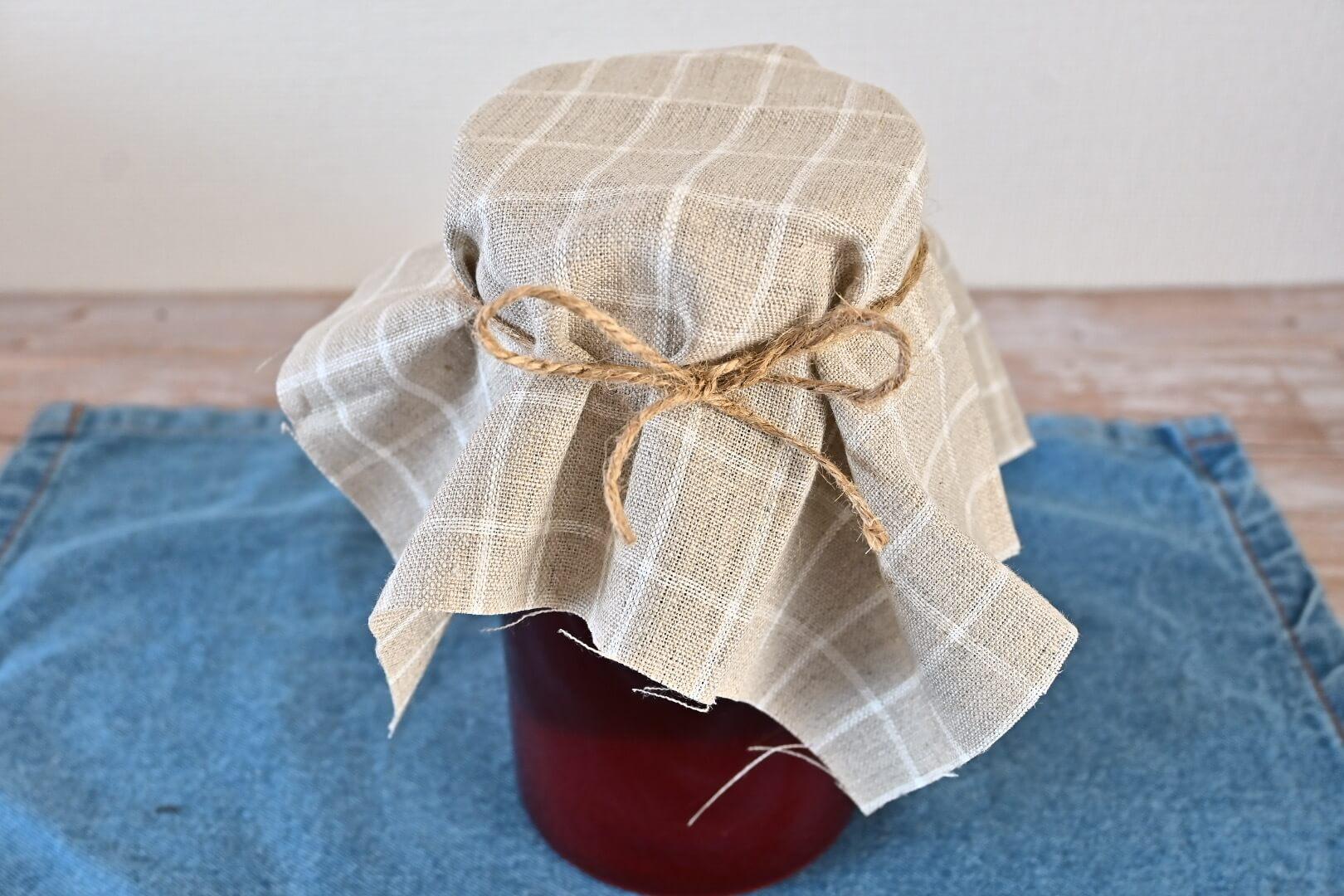 紅茶と種菌を入れた瓶に布を被せた様子