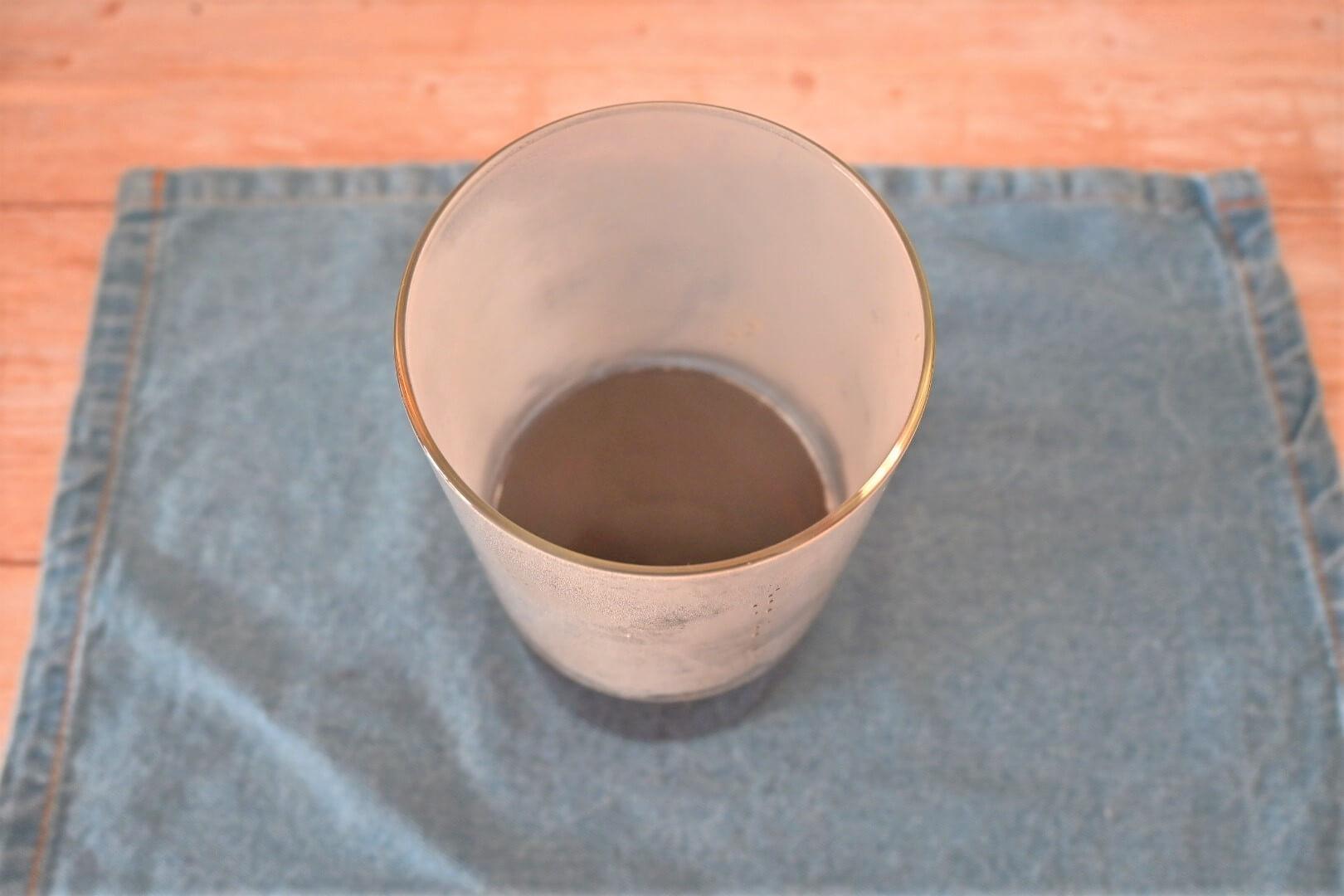 煮出した紅茶をガラス容器に入れた直後の様子